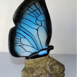 Соларна лампа - пеперуда върху камък